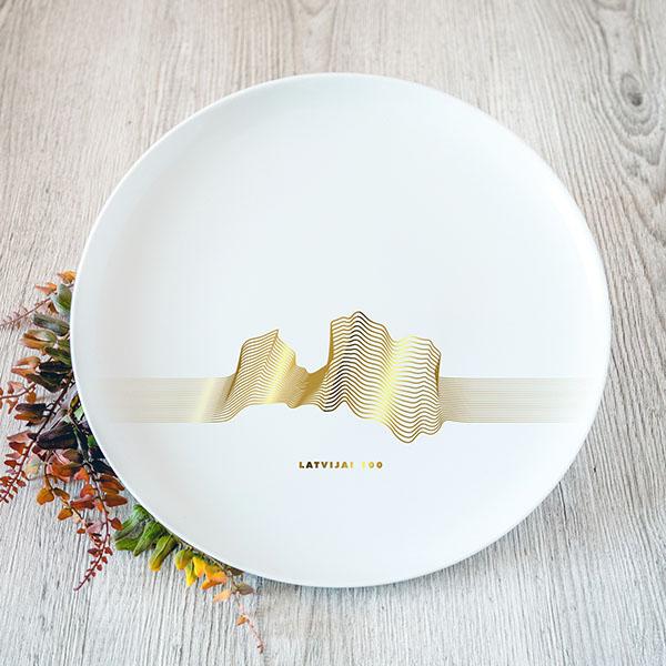 Balts lielais šķīvis ar zelta Latvijas kontūru līniju grafikā
