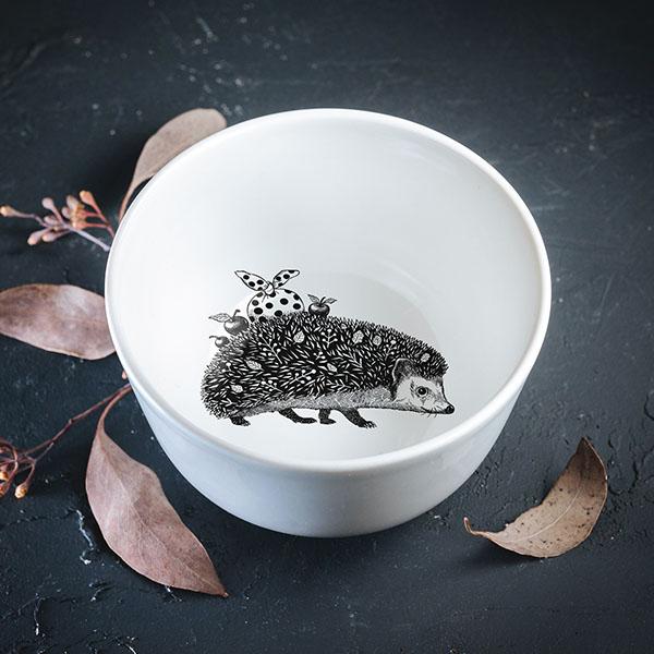 Balta mazā bļodiņa ar melnu eža zīmējumu