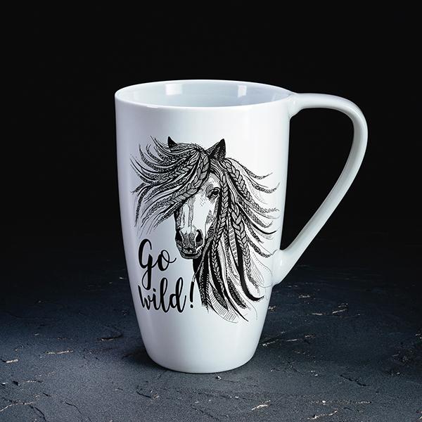 """Balta krūze ar melnu zirga zīmējumu un tekstu angļu valodā: """"Go wild!"""""""