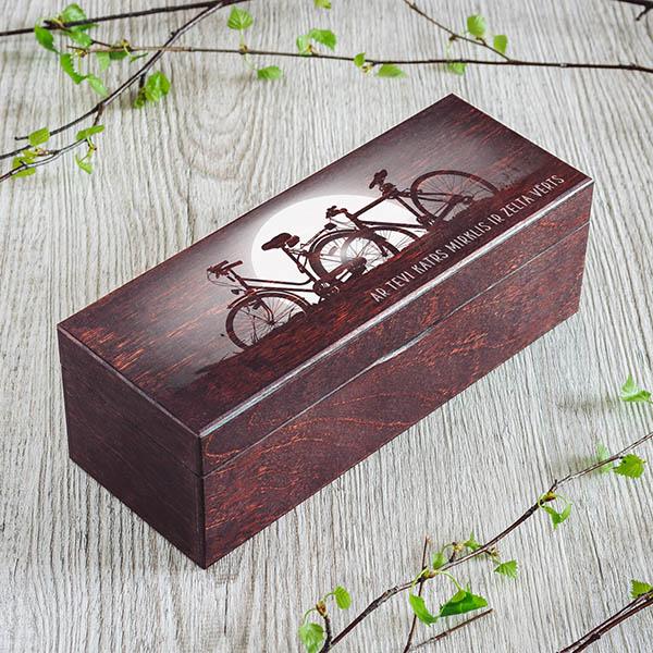 Borgo krāsas koka kaste ar velo pāri, kā arī kastei ir 1 rinda un rindā ir 3 nodalījumi
