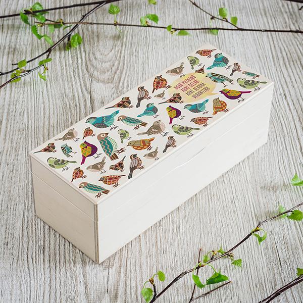 """Gaiši brūna koka kaste ar UV apdruku un putnu zīmējumu un tekstu: """"Kurš putniņš agri eļas, agri slauka deguntiņu"""""""