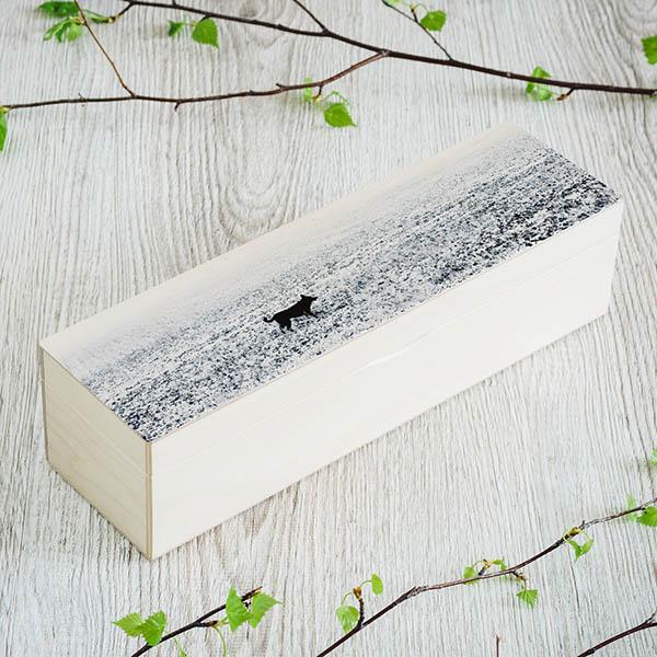 Balta koka kaste ar suņa un sniega foto, kā arī kastei ir 1 rinda un rindā ir 4 nodalījumi