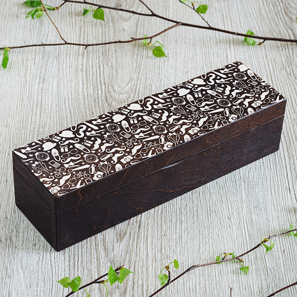 Tumši brūna koka kaste ar 1 rindu un rindā 4 nodalījumiem