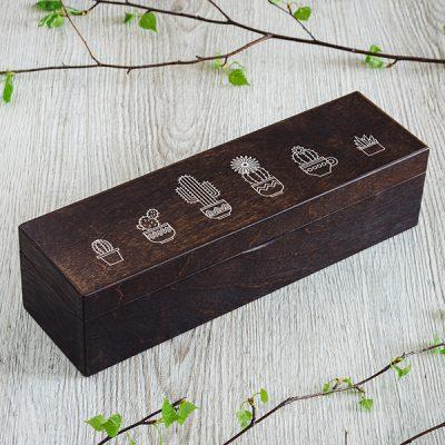 Koka kaste ar 1 rindu un 4 nodalījumie, ar 6 kaktusu zīmējumiem, tumši brūnā krāsā
