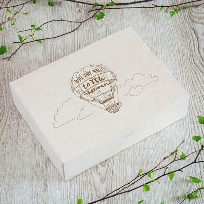 Koka kaste ar gaisa balona zīmējumu un tekstu angļu valodā