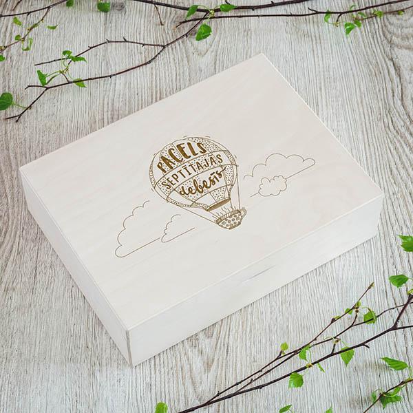 """Koka kaste ar gaisa balona zīmējumu un tekstu: """"Pacels septītajās debesīs"""""""