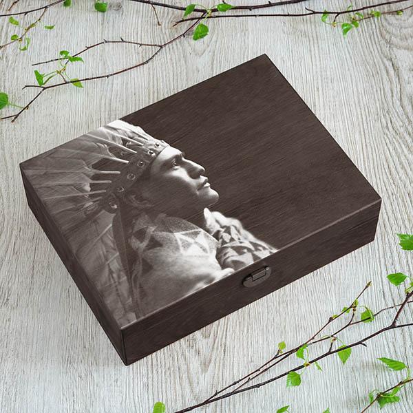Tumši brūna koka kaste ar indiāņa zīmējumu