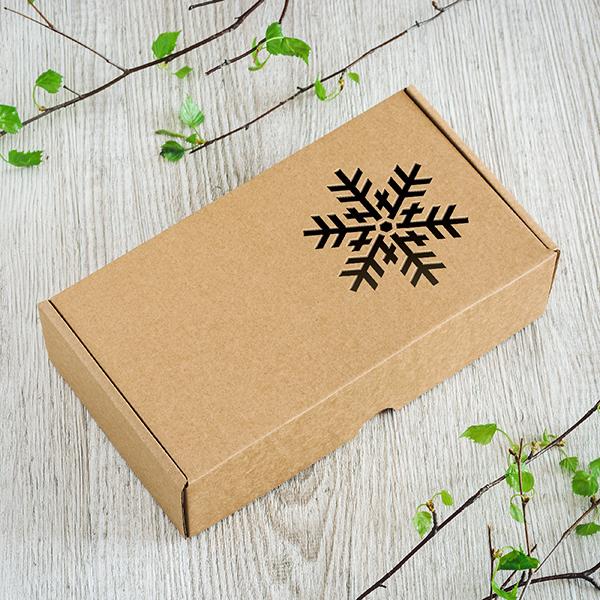 Dāvanu kaste ar lāzergrieztu sniegpārslu labajā kastes pusē