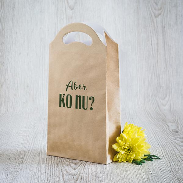 Gaišs dāvanu maisiņš ar zaļu apdruku ar tekstu Aber, ko nu
