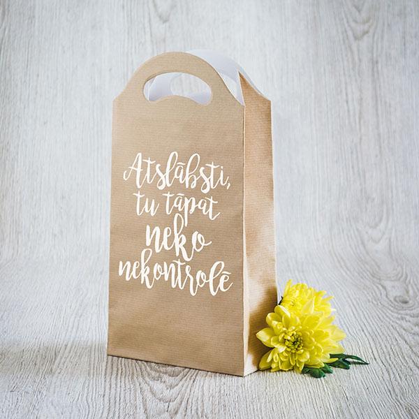 Gaišs dāvanu maisiņš ar baltu tekstu Atslābsti, tu tāpat neko nekontrolē