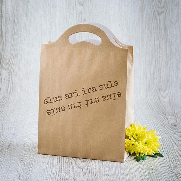 Dāvanu maisiņš ar baltu tekstu Alus arī ira sula