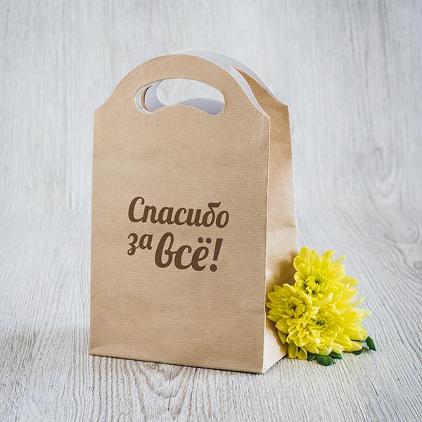 Gaišs dāvanu maisiņš ar brūnu apdruku ar tekstu krievu valodā Paldies par visu