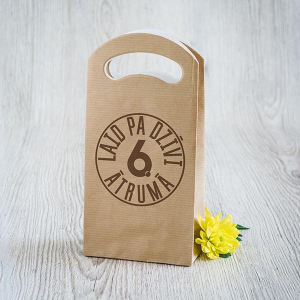 Gaišs dāvanu maisiņš ar brūnu apdruku ar tekstu Laid pa dzīvi 6 ātrumā