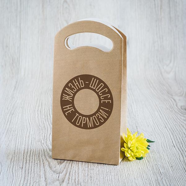 Gaišs dāvanu maisiņš ar brūnu apdruku ar tekstu krievu valodā Laid pa dzīvi 6 ātrumā