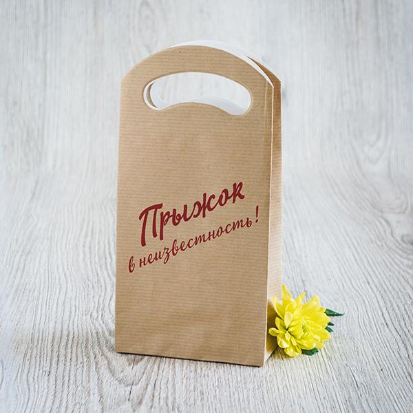 Gaišs dāvanu maisiņš ar sarkanu apdruku ar tekstu krievu valodā Lec, pat ja nezini kur