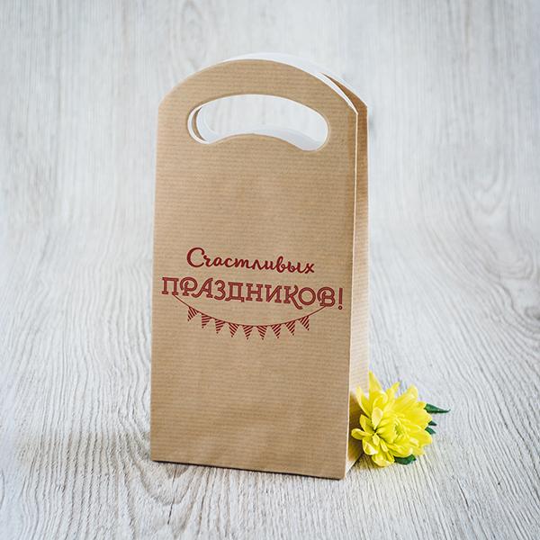 Gaišs dāvanu maisiņš ar sarkanu apdruku ar tekstu krievu valodā Priecīgus svētkus