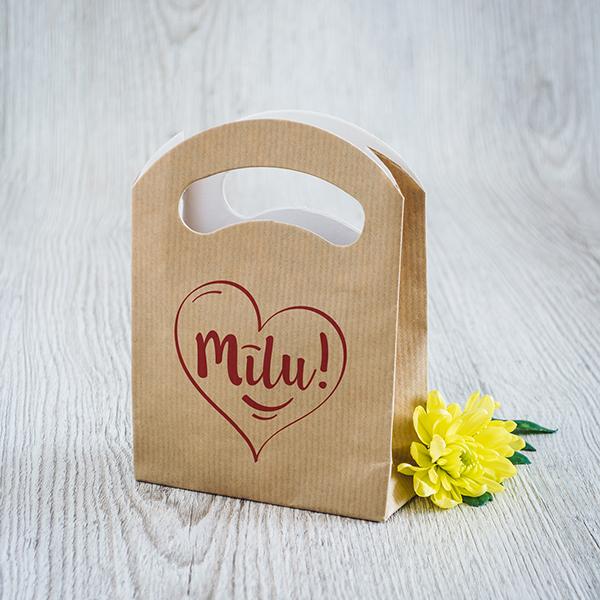 Gaišs dāvanu maisiņš ar sarkanu apdruku ar tekstu Mīlu