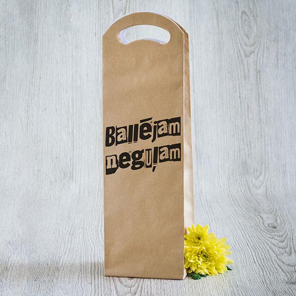 Dāvanu maisiņš vīna pudelēm ar melnu tekstu Ballējam neguļam