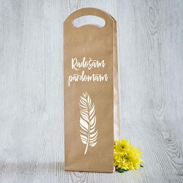 Gaišs dāvanu maisiņš vīna pudelēm ar baltu apdruku ar tekstu Radošām pārdomām