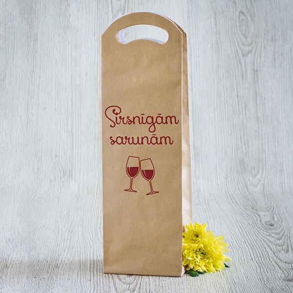 Gaišs dāvanu maisiņš vīna pudelēm ar sarkanu apdruku ar tekstu Sirsnīgām sarunām