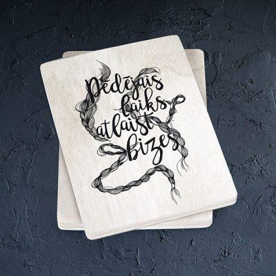 """Balts magnēts ar melnu bižu zīmējumu un tekstu: """"Pēdējais laiks atlaist bizes"""""""