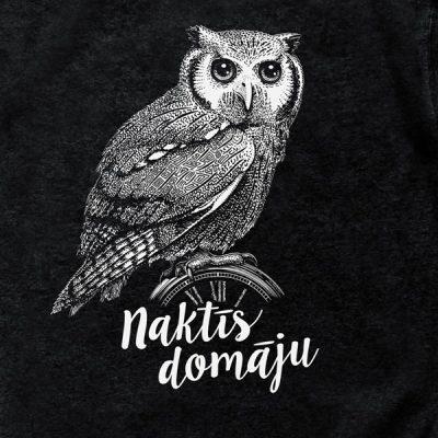 """Melns džemperis ar pūces zīmējumu un tekstu: """"Naktīs domāju""""."""