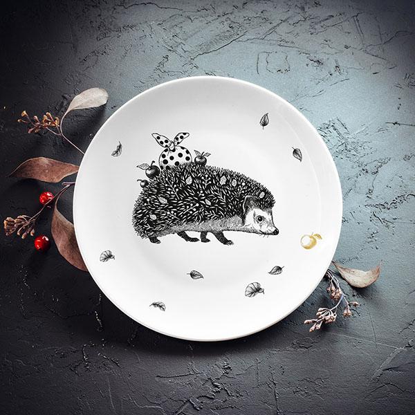 Balts mazais šķīvis ar melnu ezi un zelta ābola apdruku