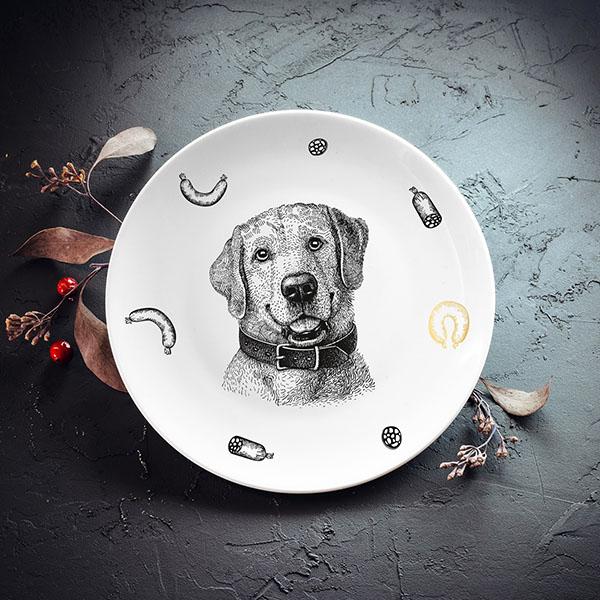 Balts mazais šķīvis ar melnu suņa zīmējumu un zelta elementu