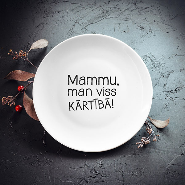 Balts mazais šķīvis ar tekstu: Mammu, man viss kārtībā!