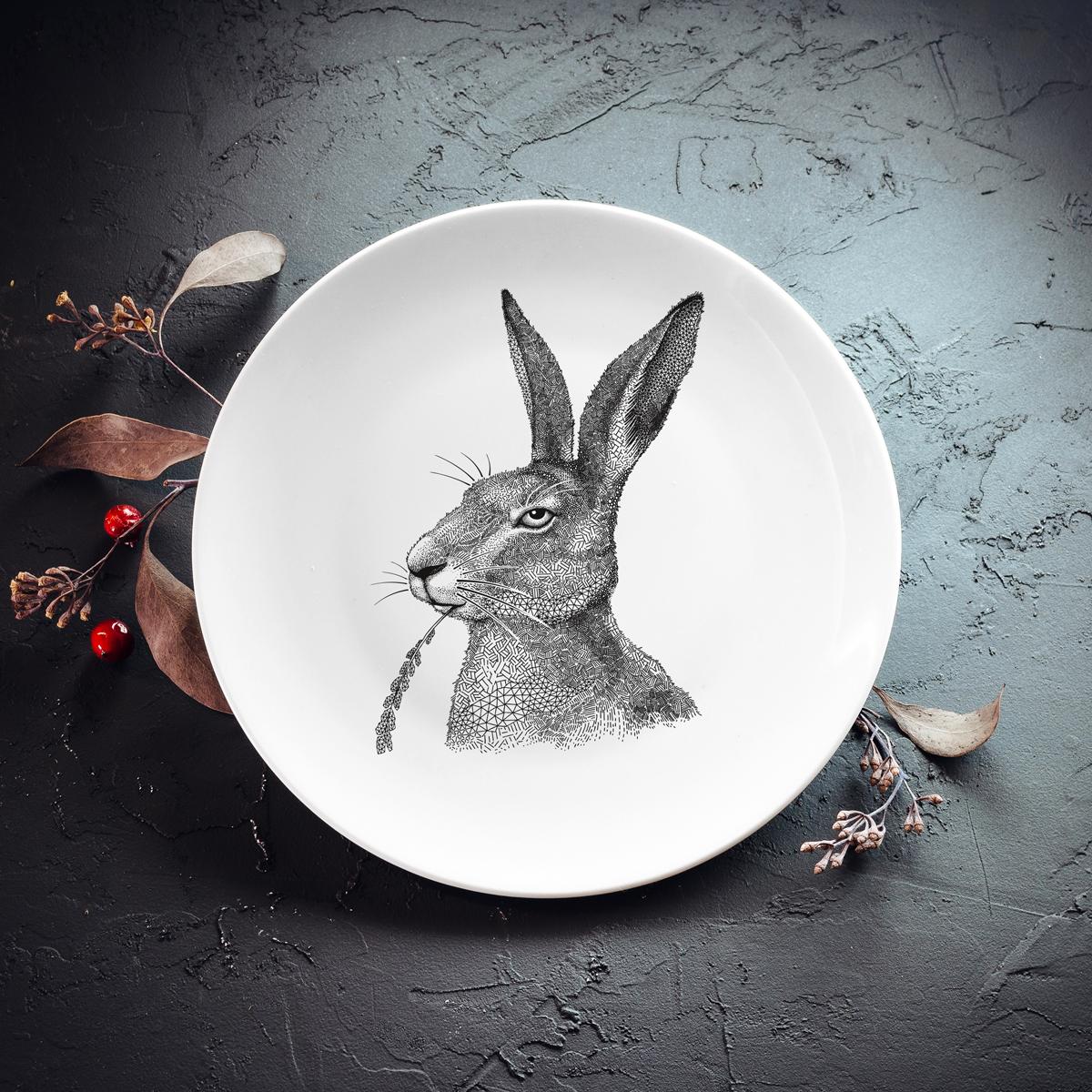 Balts mazais škīvis ar zaķa zīmējumu