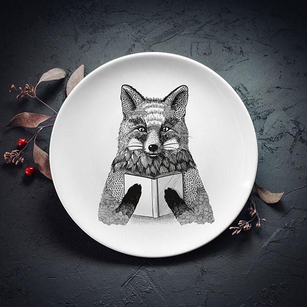 Balts šķīvis ar melnu lapsas zīmējumu