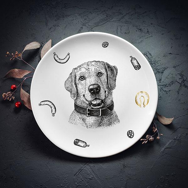 Balts vidējais šķīvis ar melnu suņa zīmējumu un ar zelta elementu