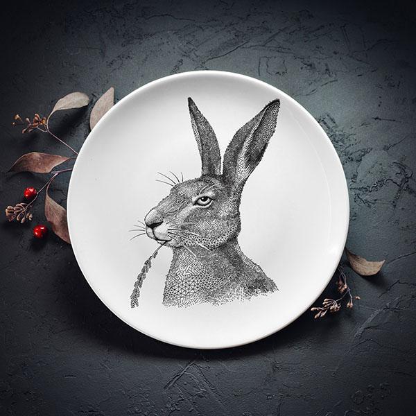 Balts vidējais šķīvis ar melnu zaķa apduku