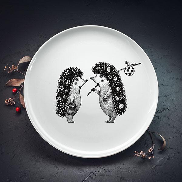 Balts lielais šķīvis ar melnu divu ežu apdruku