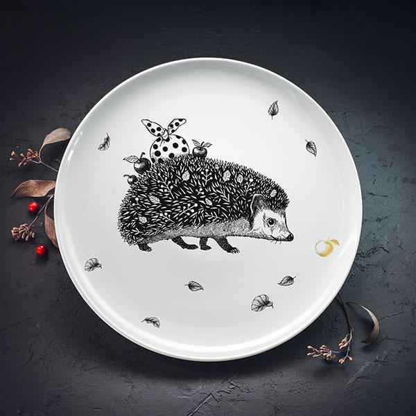 Balts lielais šķīvis ar melnu eža zīmējumu un zelta elementu