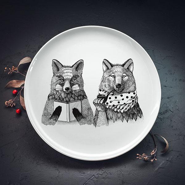 Balts lielais šķīvis ar melnu lapsas un vilka zīmējumu