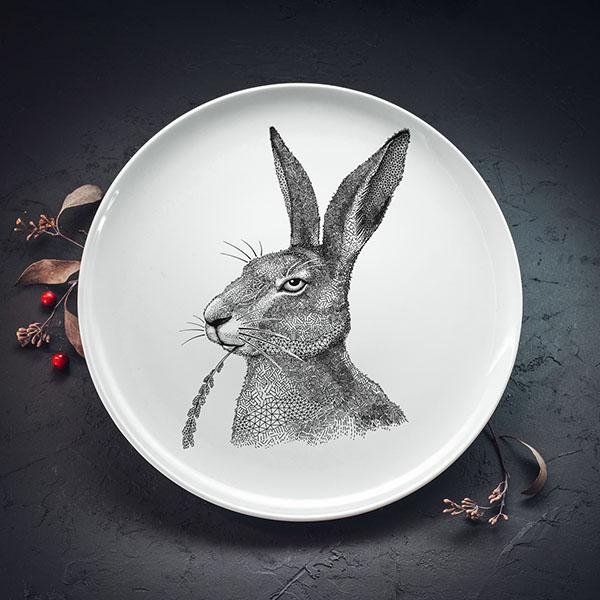 Balts lielais šķīvis ar melnu zaķa zīmējumu