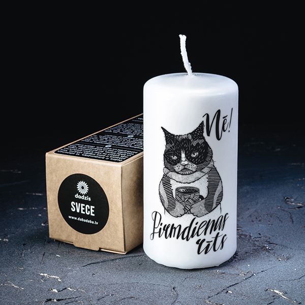 Balta svece ar melnu apdruku ar kaķi ar tekstu Nē! Pirmdienas rīts