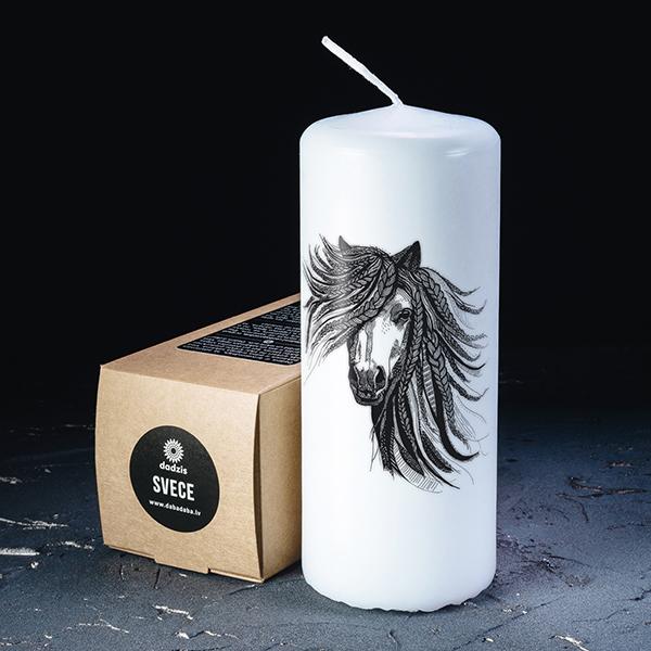 Balta svece ar melnu apdruku ar zirgu