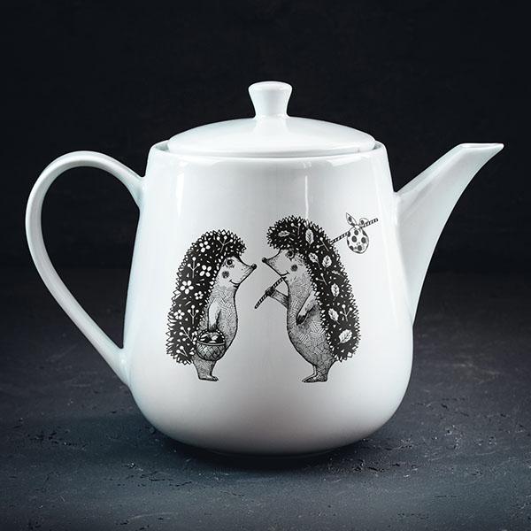 Balta tējas kanna ar melnu divu ežu zīmējumu