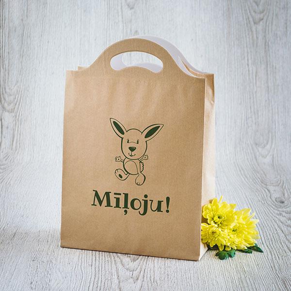 Gaišs dāvanu maisiņš ar zaļu apdruku ar zaķi un tekstu Mīļoju!