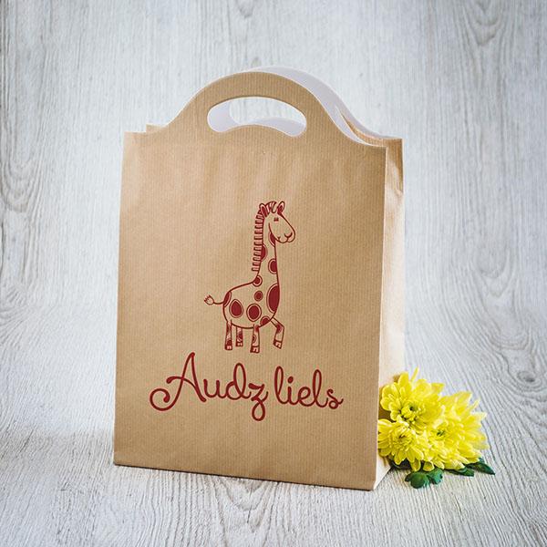 Gaišs dāvanu maisiņš ar sarkanu apdruku ar žirafi ar tekstu Audz liels!