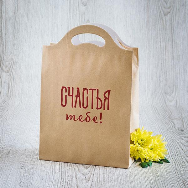 Gaišs dāvanu maisiņš ar sarkanu tekstu krievu valodā Daudz laimes