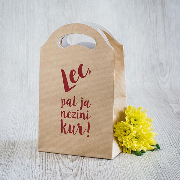 Gaišs dāvanu maisiņš ar sarkanu tekstu Lec, pat ja nezini kur