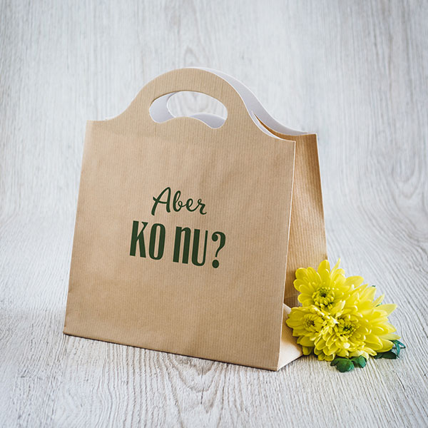 Gaišs dāvanu maisiņš ar zaļu tekstu Aber, ko nu