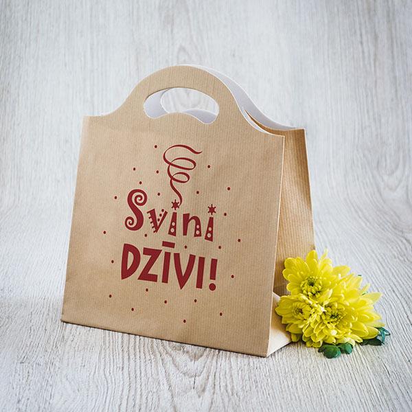 Gaišs dāvanu maisiņš ar sarkanu tekstu Svini dzīvi