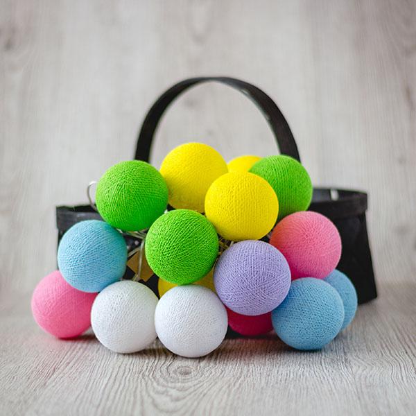 Krāsaina bumbu virtene ar dažādu skaitu lampiņām