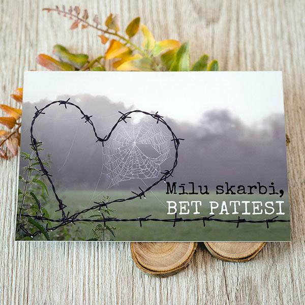 Viendaļīha kartīte ar dzeloņdrāts sirdi un tekstu Mīlu skarbi, bet patiesi