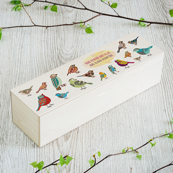 """Gaiši brūna koka kaste ar putnu zīmējumu un tekstu: """"Kurš putninš agri ceļas, agri slauka deguntiņu"""", (1x4)"""