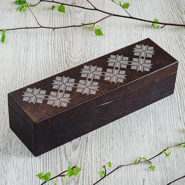 """Tumši brūna koka kaste """"Skuju Auseklis"""" ar baltu UV apdruku, (1x4)"""